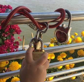 Những chiếc ổ khóa thể hiện tình cảm của tình yêu đôi lứa được khóa chặt lên thành cầu trong ngày tình nhân