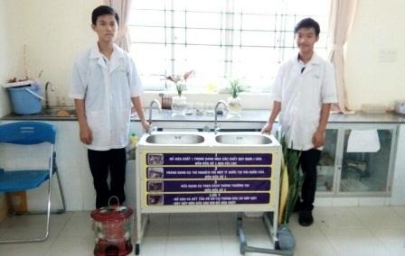 Hai em Đỗ Hồng Xuân và Nguyễn Phúc Hậu bên mô hình lọc nước đoạt giải.