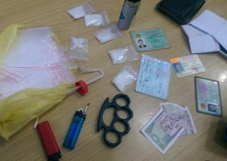 """Hai đối tượng đi SH bán ma túy bị bắt """"nóng"""" - 2"""