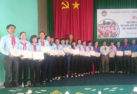 Các giáo viên trẻ nhận danh hiệu tổng phụ trách Đội giỏi năm 2016
