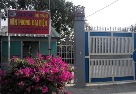 Cổng, biển hiệu của VP công ty Đức Thành ở đường Võ Văn Kiệt nằm ngay trên phần đất của Nhà nước quản lý