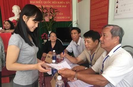 Cử tri trẻ đi bầu cử tại điểm bầu cử số 8, phường An Thới, quận Bình Thủy, TP Cần Thơ sáng 29/5