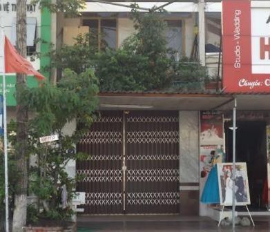 Nhà bà Nhung cửa đóng then cài, phía trước có treo biển bán nhà