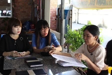 Cô Nhuận (bên phải) tiếp xúc với báo chí sáng 20/6.