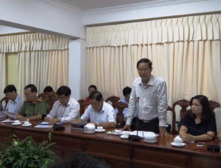Ông Lê Văn Tâm (đứng) - Phó chủ tịch Thường trực UBND TP Cần Thơ chủ trì cuộc họp Ban chỉ đạo thi THPT Quốc gia và tuyển sinh TP Cần Thơ năm 2016