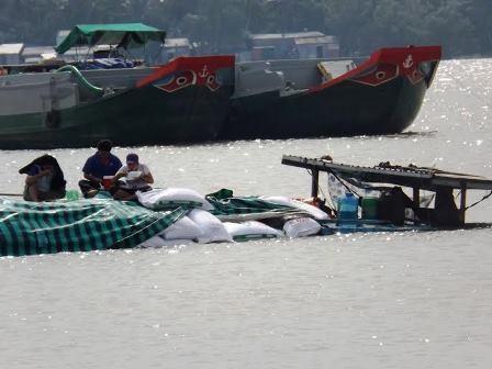 Ghe chở thức ăn thủy sản sau khi va chạm với tàu biển bị nước sông tràn vào thiệt hại hàng trăm triệu đồng