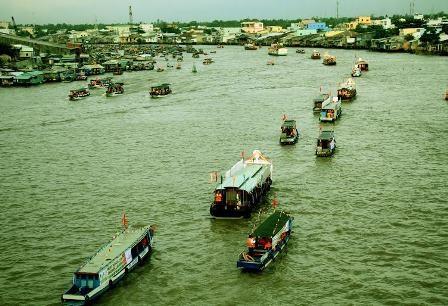 Các ghe, tàu diễu hành dọc chợ nổi Cái Răng để chào mừng ngày hội.