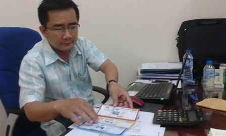Ông Lê Nguyễn Thái Phụng - Phó trường phòng xổ số lô tô Công ty XSKT Hậu Giang giới thiệu các mệnh giá của xổ số tự chọn (Ảnh: Phương Nguyên)