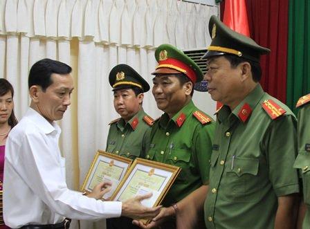 Ông Võ Thành Thống - Chủ tịch UBND TP Cần Thơ trao bằng khen và tiền thưởng cho các tập thể và cá nhân thuộc Công an TP Cần Thơ
