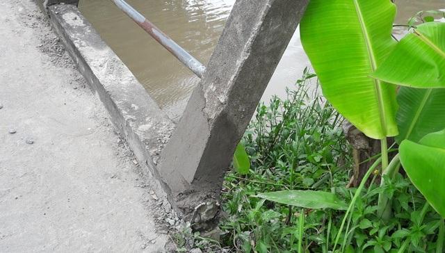 Chiều 2/8, những trụ lan can cầu đã được địa phương cử người đến trám xi măng lại