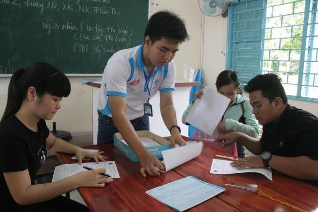Cán bộ nhận hồ sơ đang hướng dẫn các thí sinh làm các thủ tục.