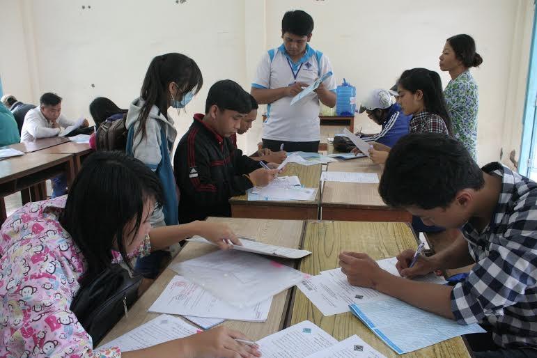 Các thí sinh đến nộp sơ xét tuyển tại trường ĐH Cần Thơ.