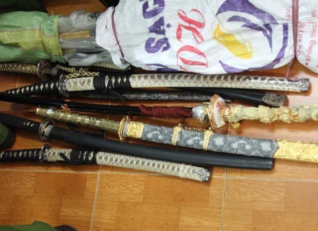 Nhiều đao, kiếm, mã tấu được công an phát hiện tại ngôi nhà của bà Tuyền