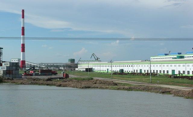 Nhà máy giấy Lee & Man nằm cạnh dòng Hậu Giang hiền hòa