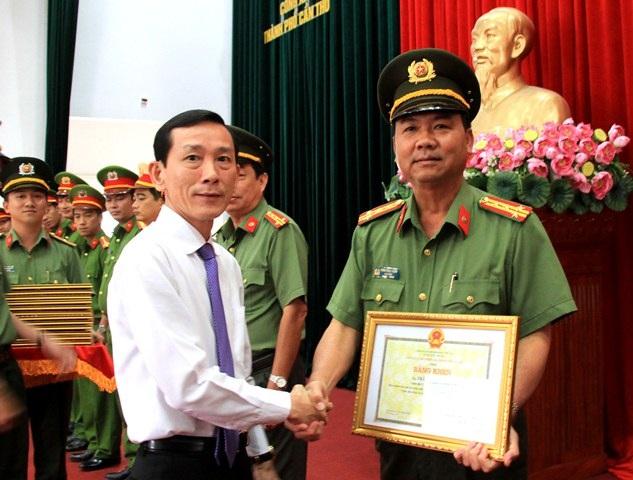Chủ tịch UBND TP Cần Thơ trao bằng khen cho Đại ta Trần Ngọc Hạnh -giám đốc Công an Cần Thơ
