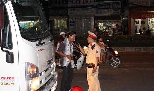Một tài xế xe tải bị lực lượng chức năng kiểm tra