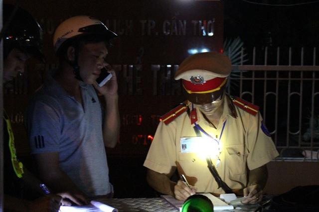 Sau khi bị lực lượng chức năng tiến hành kiểm tra nồng độ cồn, nhiều dân nhậu đã gọi điện thoại nhờ trợ giúp.
