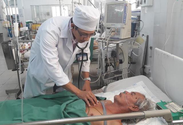Bác sĩ Trần Văn Triệu đang khám lại cho bệnh nhân Nam