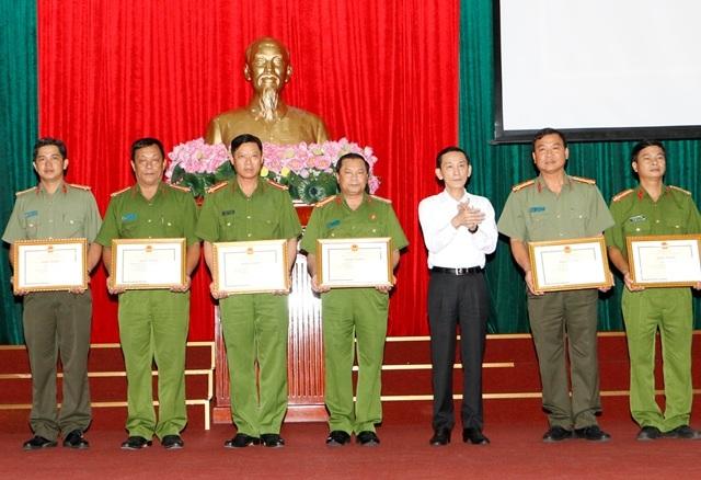 Chủ tịch UBND TP Cần Thơ, trao bằng khen cho các cá nhân và tập thể công an Cần Thơ chiều 21/9 vì có thành tích trong các chuyên án gần đây