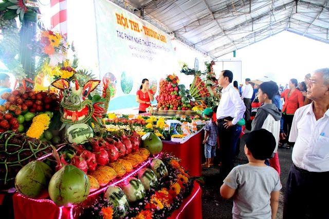 Rất đông người dân và du khách khắp nơi về dự lễ hội