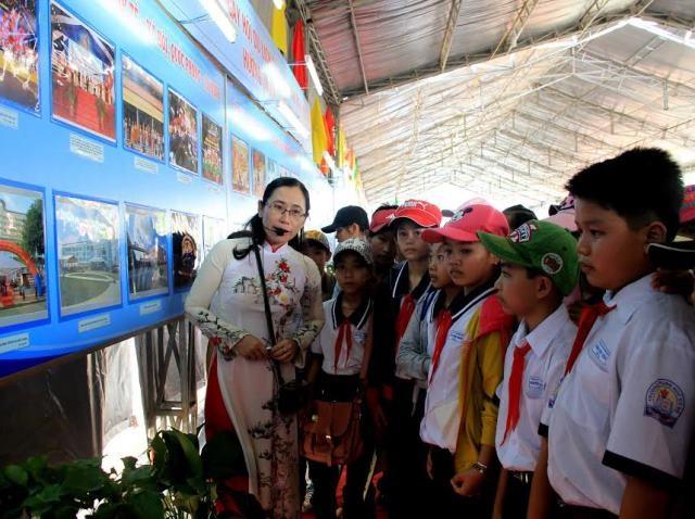 Dịp này ngành văn hóa cũng tranh thủ ôn lại lịch sử và giới thiệu về các điểm du lịch và văn hóa truyền thống của địa phương cho các em học sinh