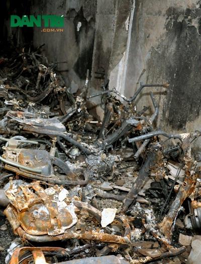 Nhiều chiếc xe máy trong hầm tòa nhà CT4A chỉ còn trơ khung sắt sau hỏa hoạn.