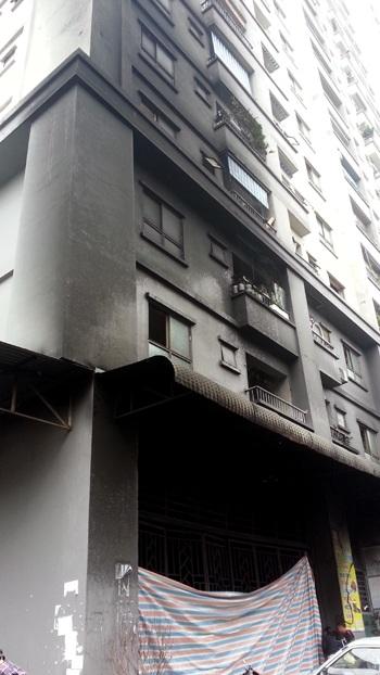 Phía sau tòa nhà CT4A (Khu đô thị Xa La - Hà Đông - Hà Nội) bị ám khói đen kịt.