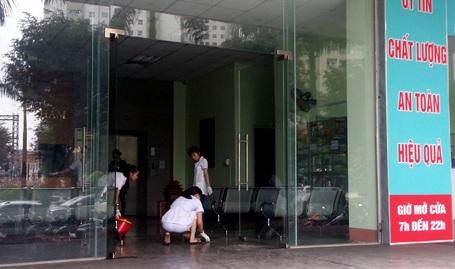 Nhân viên một phòng khám tư nhân dưới tầng 1 CT4B dọn dẹp sau vụ cháy kinh hoàng.