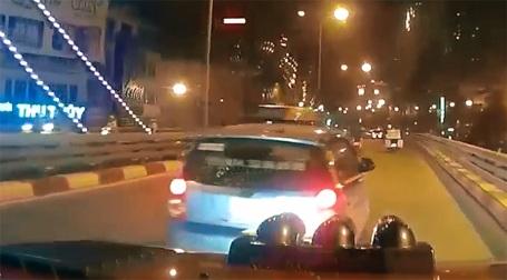 Xe taxi chèn ép xe bán tải trên cầu vượt Ngã tư Sở.