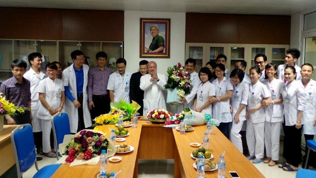 Tập thể Viện Chấn thương chỉnh hình và khoa Phẫu thuật cột sống (Bệnh viện hữu nghị Việt - Đức) chúc mừng PGS.TS Nguyễn Văn Thạch.