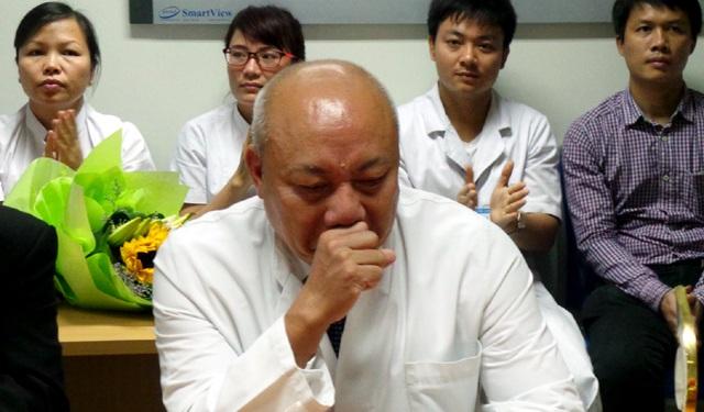PGS.TS Nguyễn Văn Thạch rơi nước mắt cảm ơn những người bệnh đã tin tưởng mình.