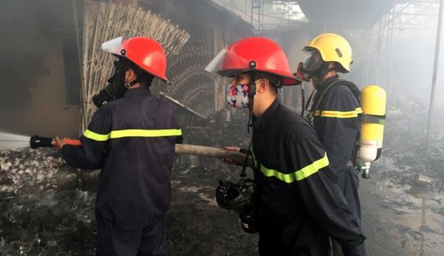 Cảnh sát đeo mặt nạ phòng độc tiếp cận đám cháy. (Ảnh: CTV)
