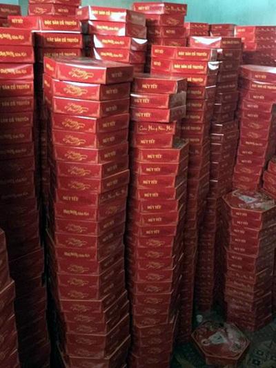 Gần 3.000 hộp mứt tết không rõ nguồn gốc bị cảnh sát thu giữ.