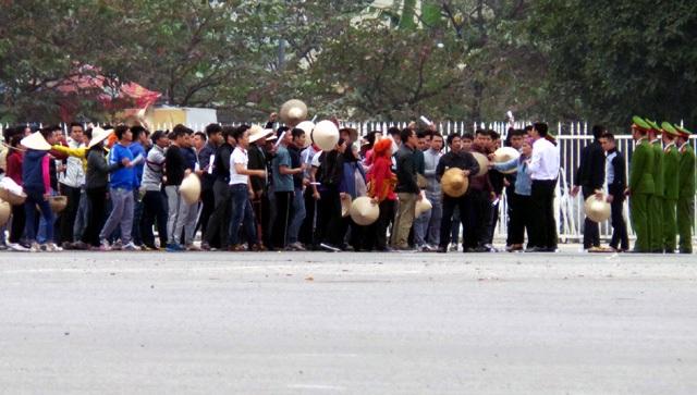 Tình huống giả định: Hàng ngàn người bị xúi giục, kích động kéo đến cổng UBND thành phố khiếu kiện về đất đai, đòi gặp lãnh đạo cao nhất.