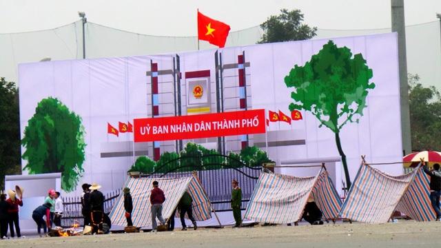 Không được đáp ứng yêu sách, họ dựng lều bạt trước cổng UBND thành phố.