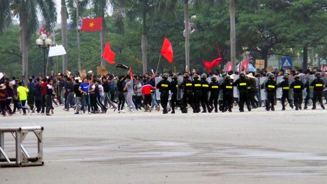 Cảnh sát cơ động được điều tới, nhanh chóng giải tán đám đông trước cổng UBND thành phố.