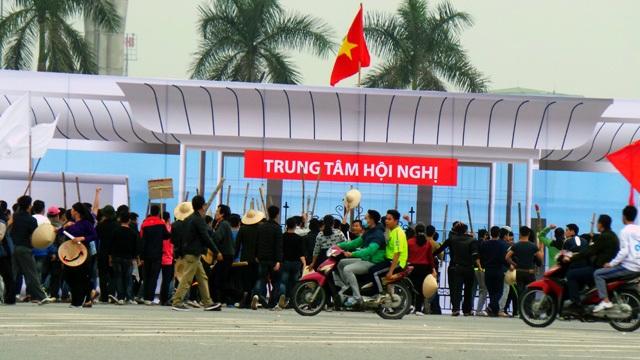 Các phần tử kích động đã lôi kéo nhiều người từ các tỉnh, tụ tập trước cổng Trung tâm hội nghị