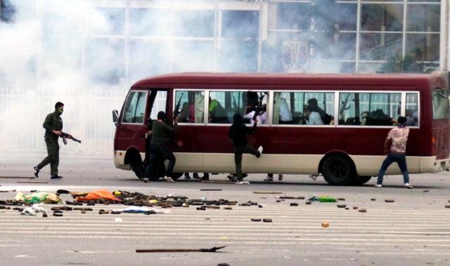 Nhóm khủng bố được trang bị súng AK nổ súng uy hiếp, cướp xe ô tô, khống chế hàng chục nhân viên sân bay đang trên đường đến nơi làm việc.