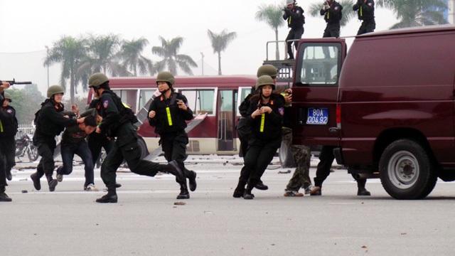 Các đối tượng khủng bố bị cảnh sát khống chế, bắt giữ.