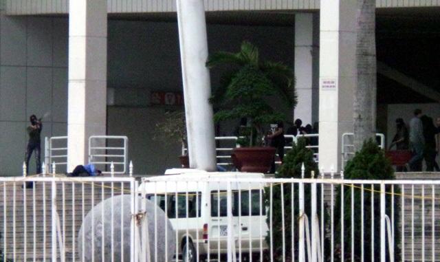 Tình huống giả định khác: nhóm khủng bố đánh chiếm toàn bộ khách sạn, bắt giữ con tin, ra yêu sách đòi tiền chuộc, ô tô, máy bay để tẩu thoát.