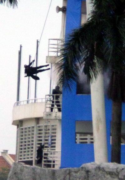 Cảnh sát chia làm nhiều cánh tiếp cận: đội bắn tỉa, cảnh sát đặc nhiệm áp sát các cửa ra vào, một cánh dùng thang dây, cánh khác từ nóc nhà buông mình ném pháo sáng, lựu đạn hơi cay vào trong phòng... khống chế nhóm khủng bố đang cố thủ trong khách sạn, giải cứu con tin một cách an toàn.