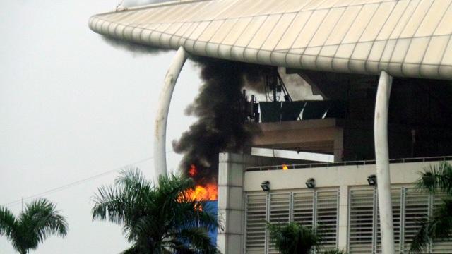 Ở một tình huống khác, khi khách sạn đang đông người, liên tiếp xảy ra vụ cháy, nổ. Đường thoát hiểm của khách sạn bị khói lửa bịt kín.
