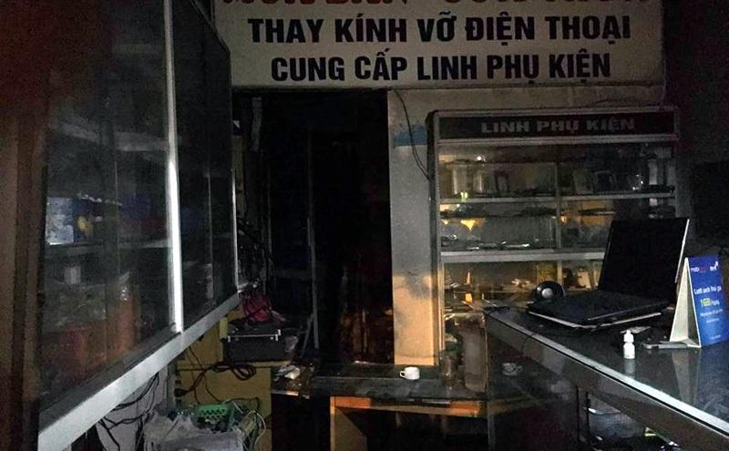 Nhiều đồ đạc trong cửa hàng điện thoại bị hư hỏng do vụ cháy.