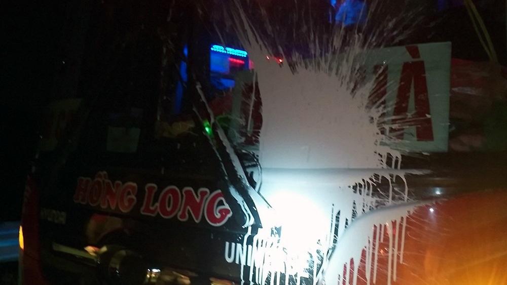 Chiếc xe khách của nhà xe Hồng Long bị ném bom sơn trên cao tốc Nội Bài - Lào Cai. (Ảnh: Ngô V.Q.)