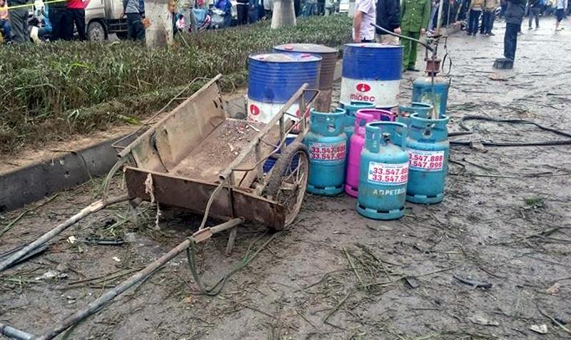 Lực lượng công binh chuyển những bình gas, thùng sơn ra khỏi khu vực xảy ra vụ nổ.