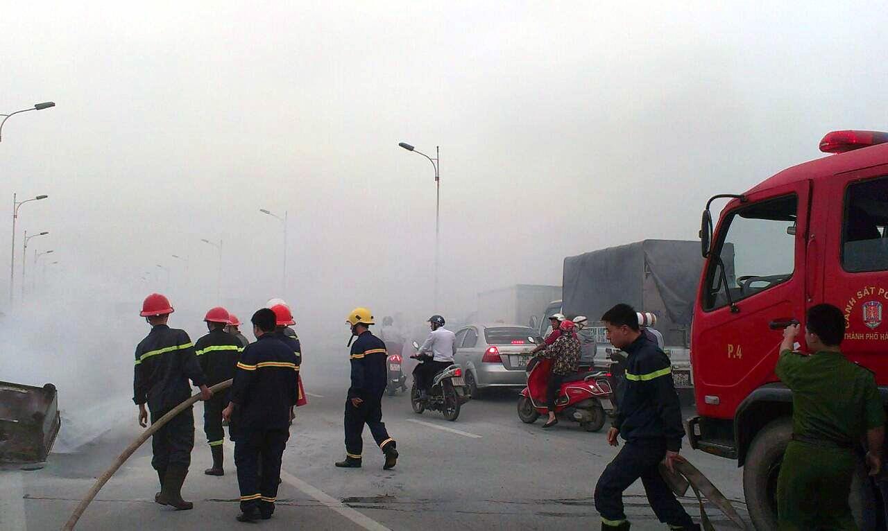 Lực lượng PCCC tổ chức dập lửa. Giao thông qua cầu Vĩnh Tuy ùn tắc theo cả hai chiều. (Ảnh: CTV)
