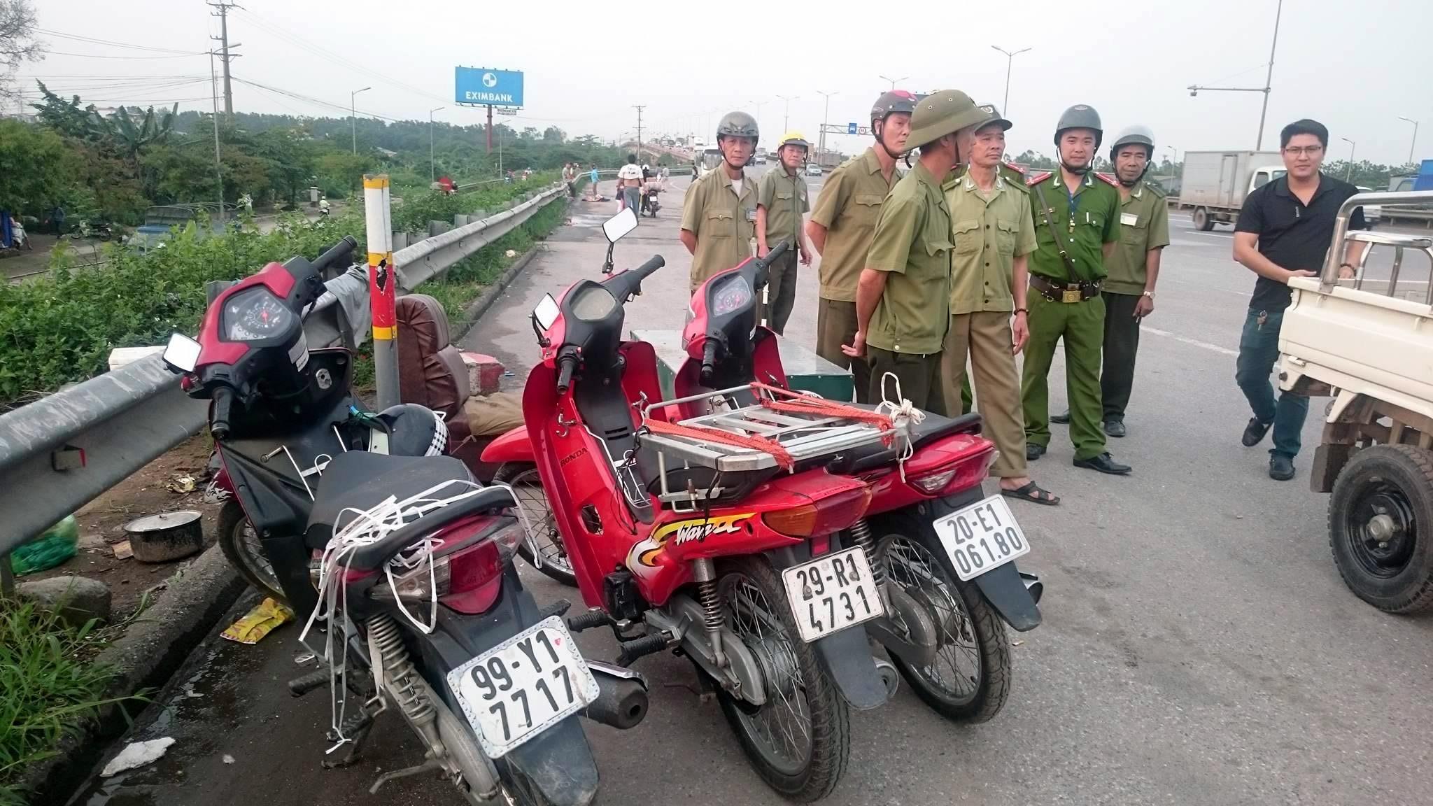 Lực lượng chức năng tập trung dẹp bỏ các hàng quán, xử lý các xe dừng đỗ sai quy định.