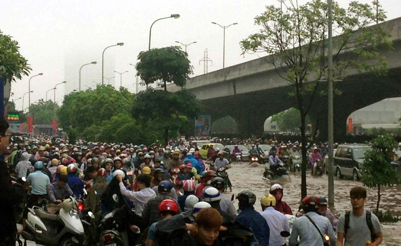 Đường Phạm Hùng, khu vực gần tòa nhà Keangnam, bị ngập nặng. Các phương tiện không dám lội sông khiến đường ùn tắc nghiêm trọng. (Ảnh: Tiến Nguyên)