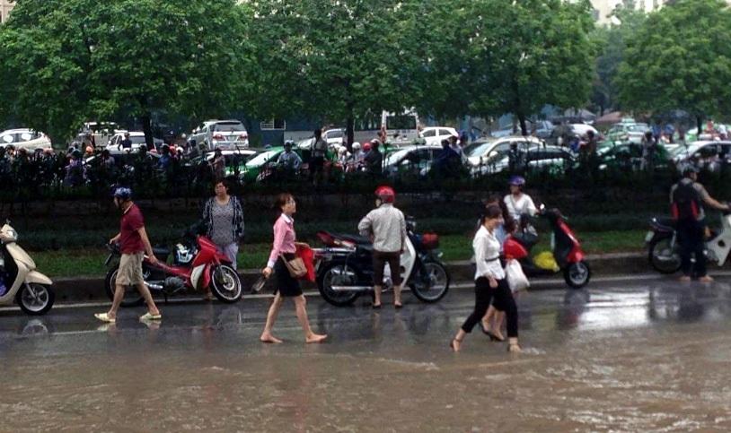 Nhiều xe chết máy trên đường Phạm Hùng. (Ảnh: Tiến Nguyên)