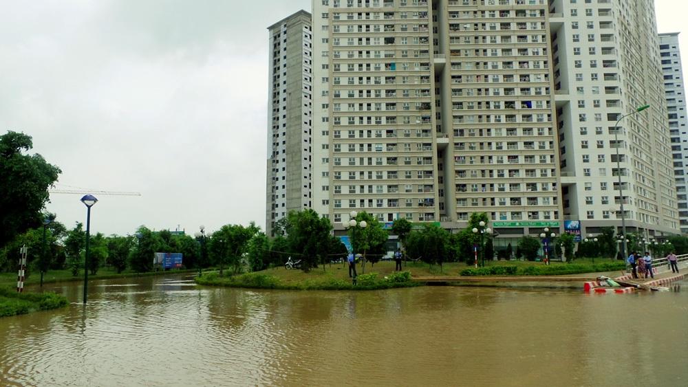 Ngày 27/5, khu nhà HH2 Dương Nội (Hà Đông) vẫn bị cô lập bởi nước. Nước không có dấu hiệu rút đi nhiều.